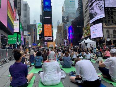 どんな悪天候も吹き飛ばすYogi パワー ~ Yoga in Times Square体験談 ~