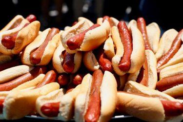 「ホットドッグ早食い大会」今年はジョーイ・チェスナットが71本で優勝