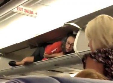 サウスウェスト航空のキャビンアテンダント、荷物棚からこんにちは?!