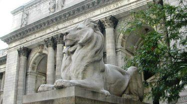 ニューヨーク公共図書館のシンボル、2体のライオン像が冬眠に入る!?