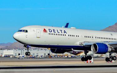 航空券も搭乗券も持たない女性がデルタ航空の飛行機に乗り込む
