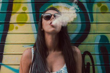 ニューヨーク州全ての地域で、タバコと電子タバコを購入可能な年齢が21歳に