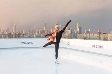 ウィリアムズバーグに新しい屋上アイススケートリンクがオープン。絶景のマンハッタン・ビュー