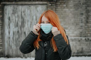 全てのニューヨーカーは、外出時にマスク等で鼻と口をカバーするべき