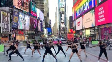 ブロードウェイダンサー達がタイムズスクエアでダンスパフォーマンス