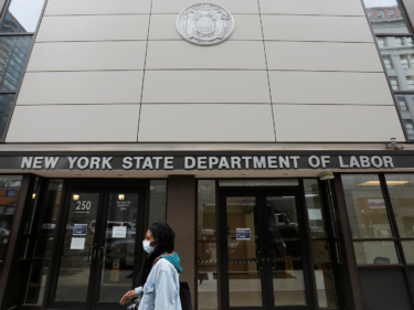 ニューヨークが連邦の失業プログラムに参加。失業者に週300ドルの追加金