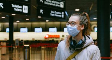 レベル2および3の国からニューヨークへの旅行者に検疫および旅行フォームへの記入を義務化