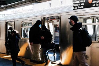 セレブからニューヨーカーへ、地下鉄とバスの中からメッセージ