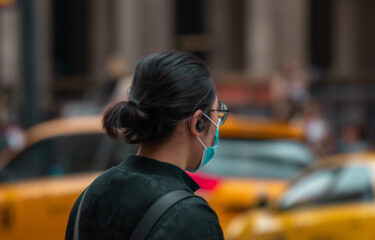 ワクチン摂取済みのニューヨーカーは、屋外でのマスク着用義務から解放される