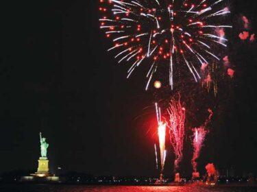 COVID-19の制限が解除。ニューヨーク港で祝いの花火